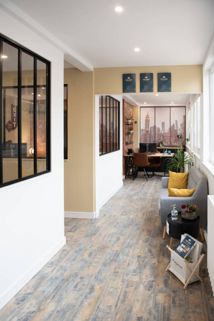 Renovation agence immobiliere - agencement verrieres, par Happy Décoration, Cécile Nantillet, Décoratrice d'Intérieur à Besançon, Doubs 25
