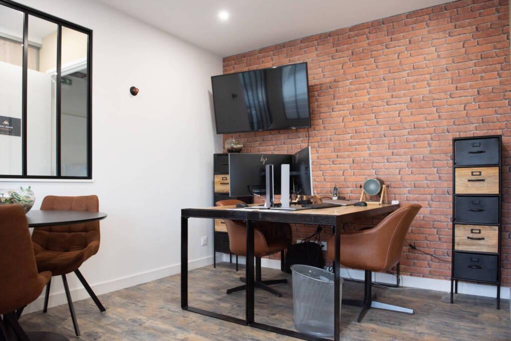 Renovation agence immobiliere - matières bois metal briques rouges, par Happy Décoration, Cécile Nantillet, Décoratrice d'Intérieur à Besançon, Doubs 25