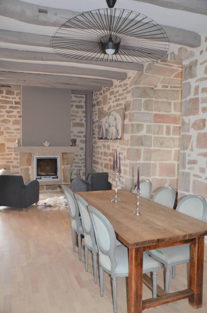 Rénovation de chateau à Vaux les Prés - salle a manger mur en pierres rejointées luminaire Vertigo, par Happy Décoration, Cécile Nantillet, Décoratrice d'Intérieur à Besançon, Doubs 25