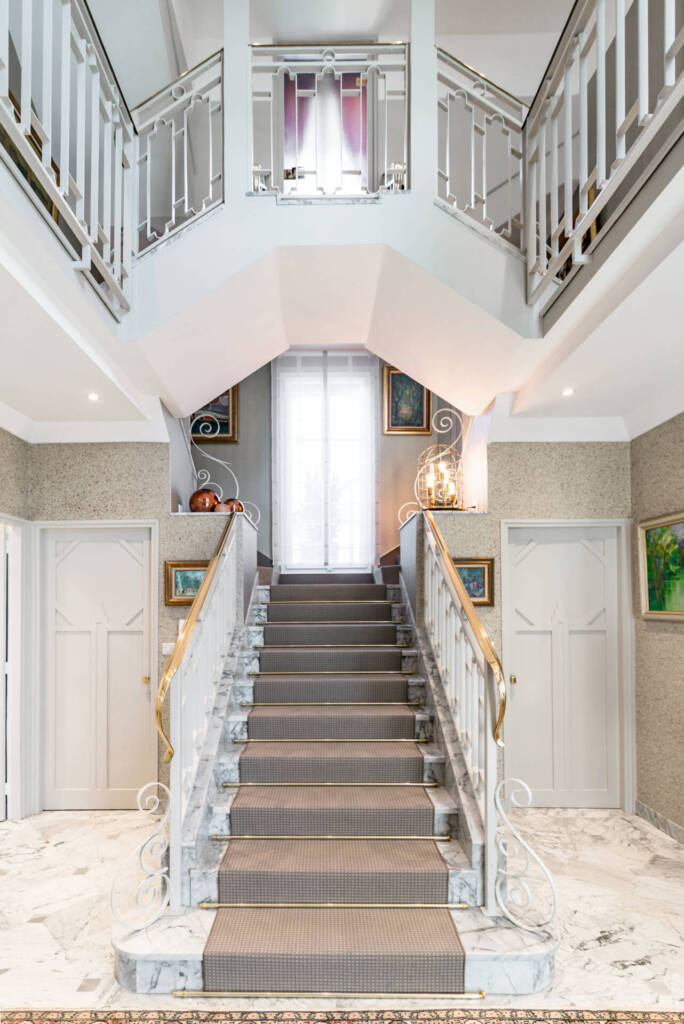 Rénovation maison d'architecte 1930 a Pontarlier - Hall d'entrée Art Déco avec escaliers recouverts de moquette maintenue par barres laiton, par Happy Décoration, Cécile Nantillet, Décoratrice d'Intérieur à Besançon, Doubs 25