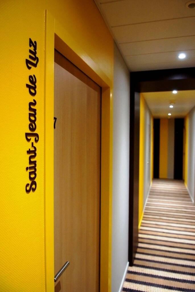 Renovation et décoration Hotel des Bains a Salins les Bains - couloir jaune moquette rayee, par Happy Décoration, Cécile Nantillet, Décoratrice d'Intérieur à Besançon, Doubs 25